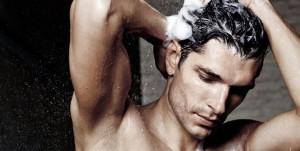 lavar os cabelos causa calvicie?